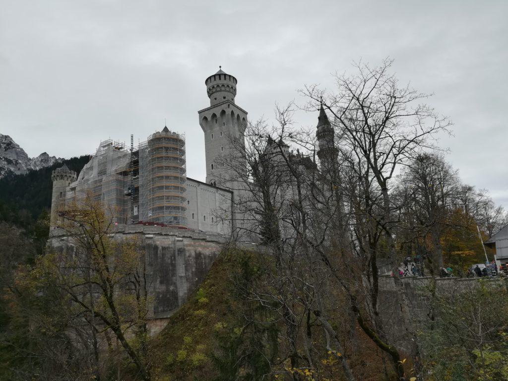 木々の間からのぞくノイシュヴァンシュタイ城