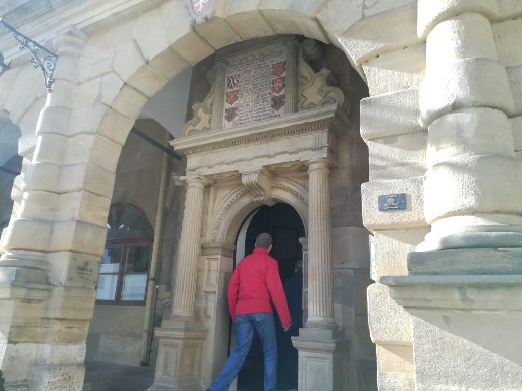 市庁舎の扉