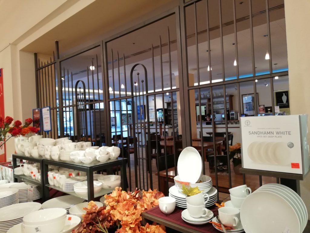 食器を使った併設のカフェ