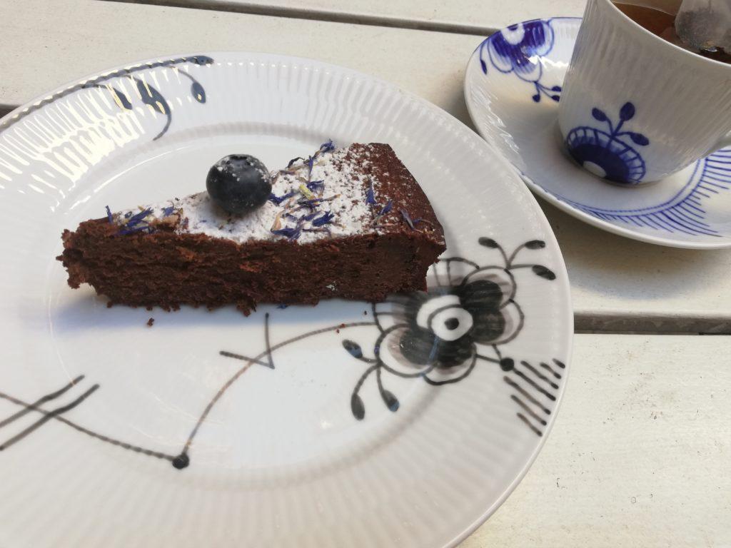 エレメントのお皿でケーキを食べる